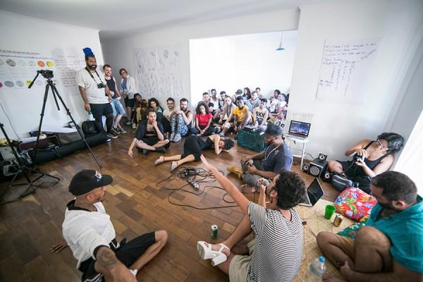 http://buenozdiaz.net/files/gimgs/th-58_01_Sala-de-encontros-publicos-na-casa-Foto-Danila-Bustamante.jpg